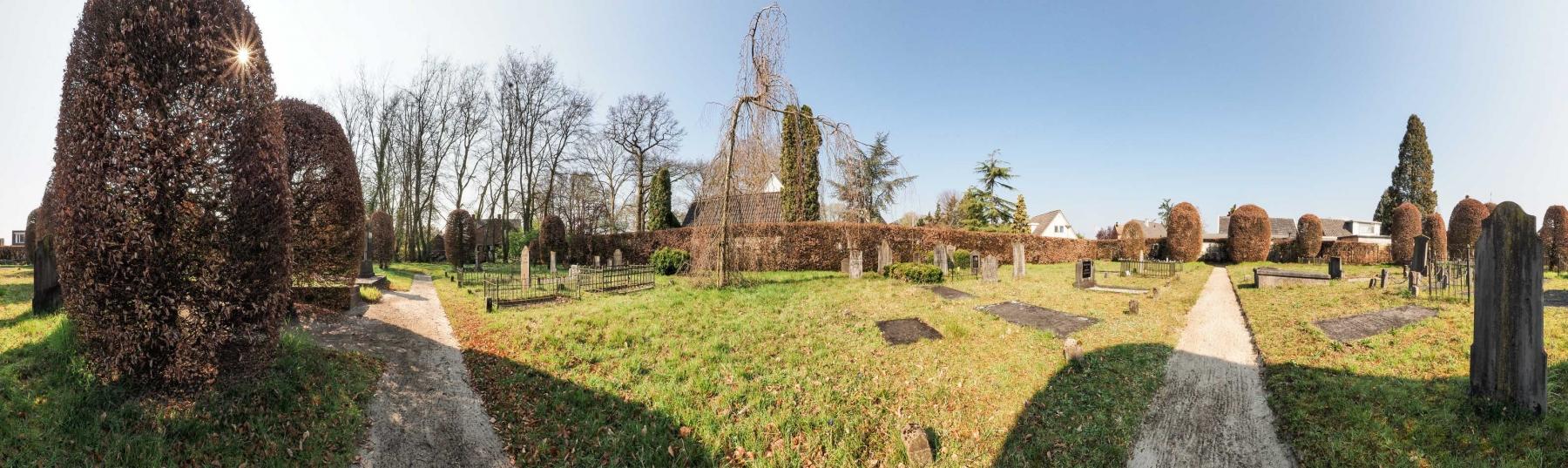 Op deze oude begraafplaats is het altijd stil en het blijft stil...